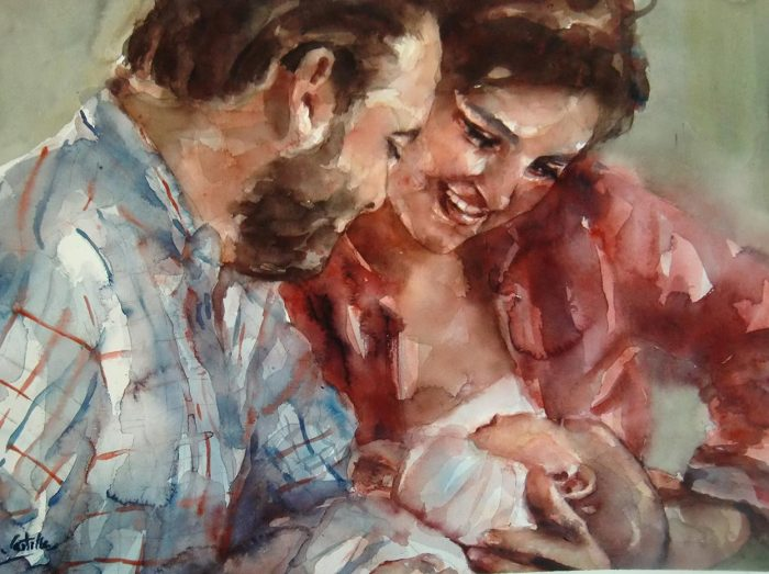Una pareja mira a su recién nacido